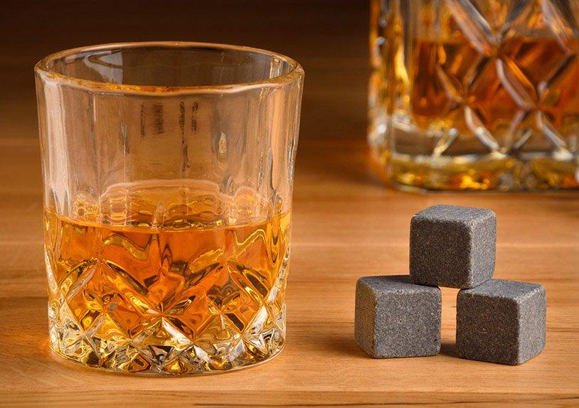 Whisky Stein Set, Eiswüfel aus Basalt Stein, 2cm, 8 Würfel mit 4 Gläser 9x8x9cm, 300ml, in Holzbox 21,5x10x30,7cm